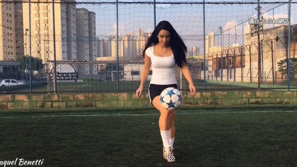 巴西美腿玩花式足球 高跟鞋+短裙好吸睛