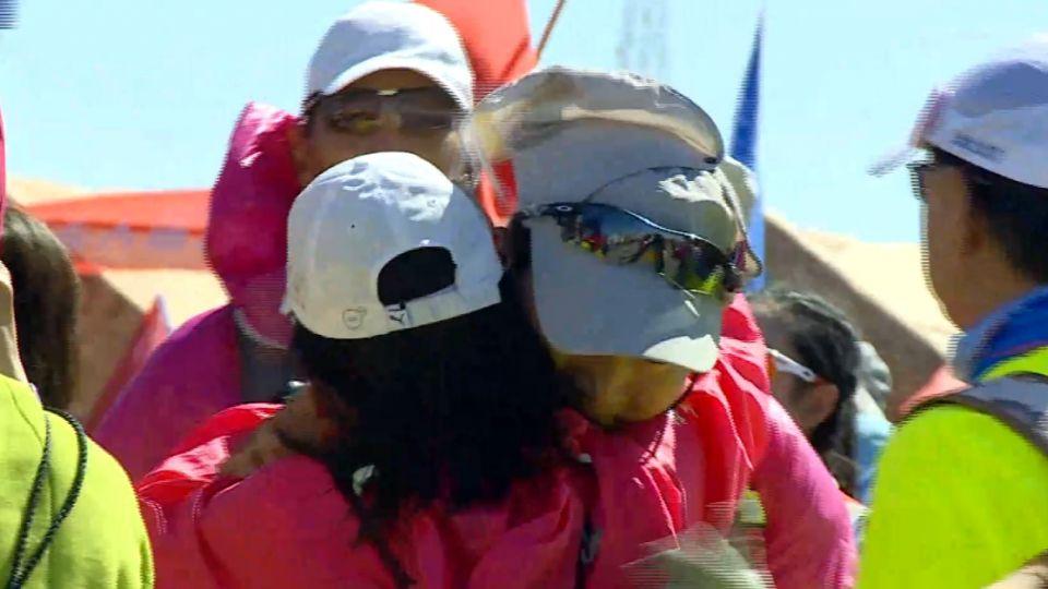 衝向終點! 挑戰戈壁116公里 跑者激動全哭