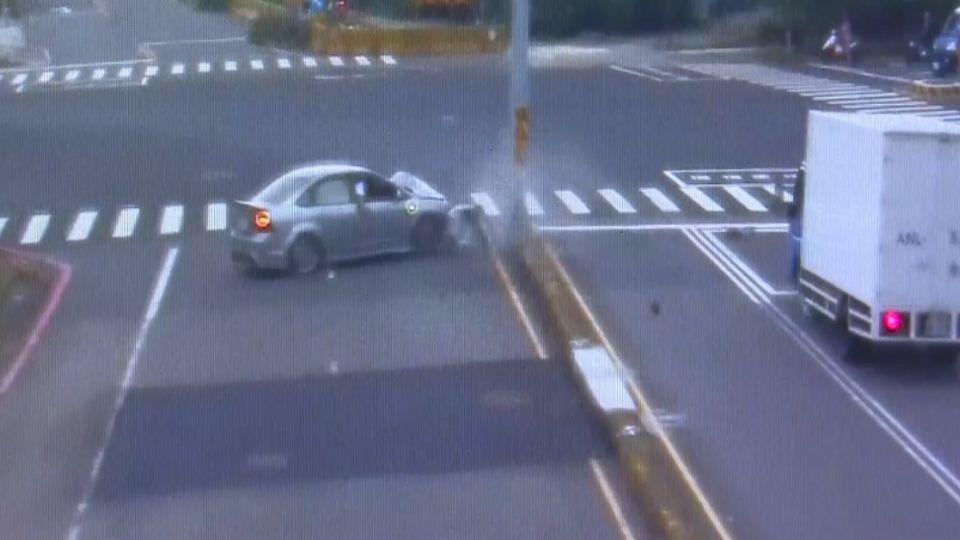 仇家狹路相逢 馬路上開車追撞「開槍砸車」