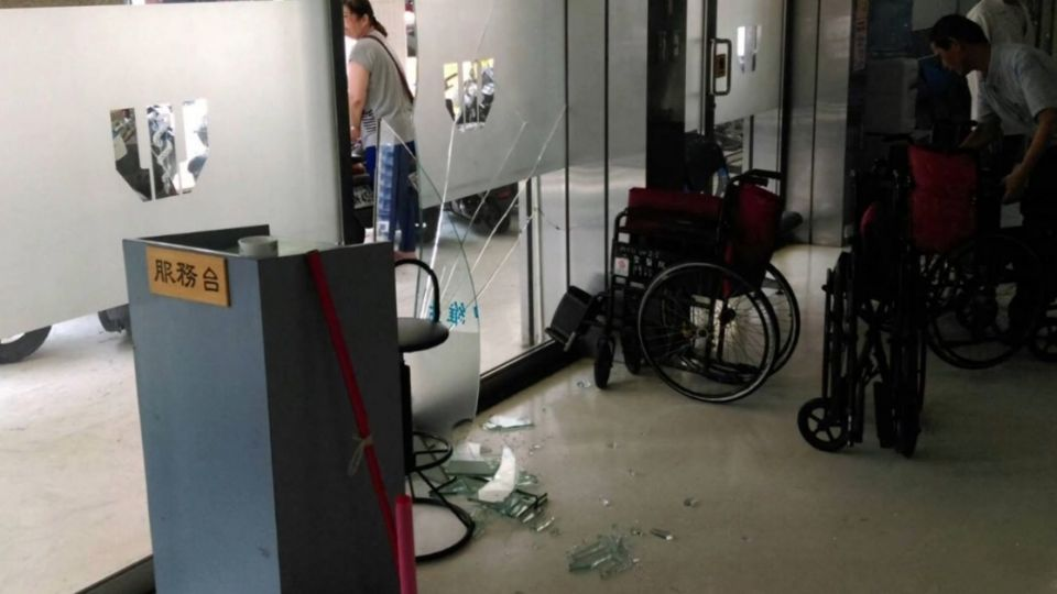 3歲童站機車踏板誤催油門 砰...撞進醫院