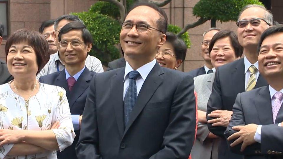 新政府新氣象 林全內閣合照 全體「站著拍」
