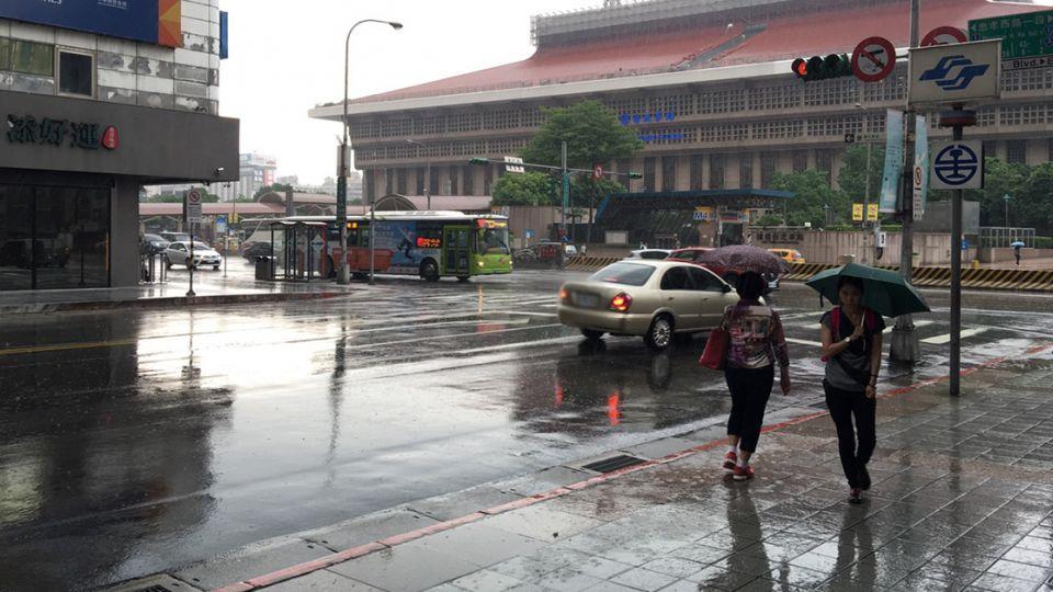 嘉義高溫飆37.2度!北台陣雨民眾淋成落湯雞