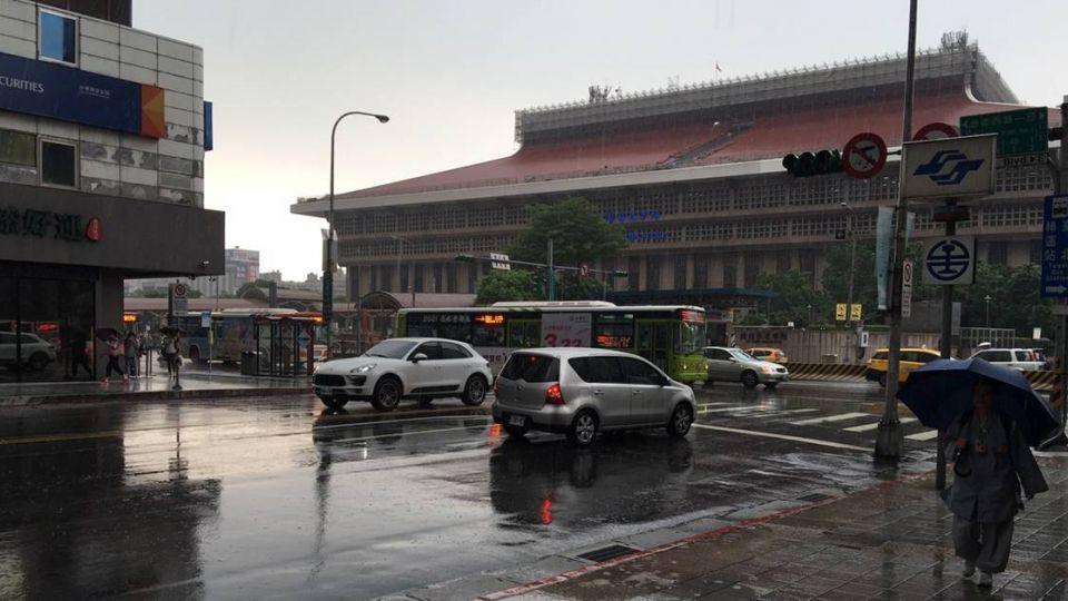 雨具備齊!6縣市大雨特報 下班嚴防「淋濕」