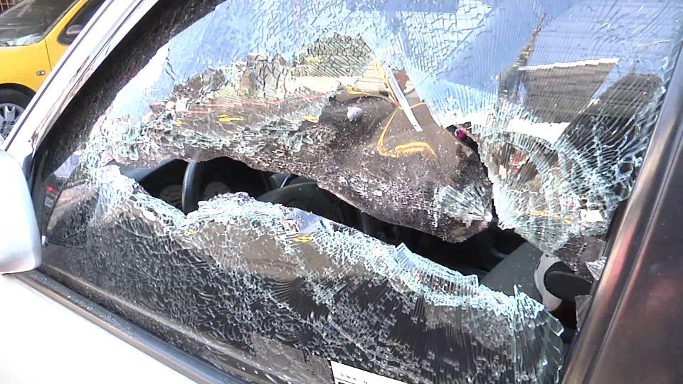 私人糾紛騎樓扭打 2轎車車窗遭砸毀