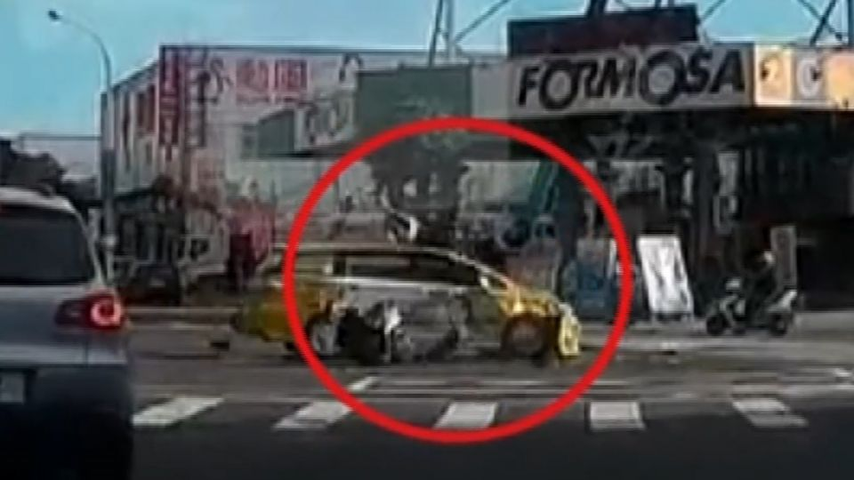 疑機車騎士闖紅燈被撞飛 彈到車頂再摔地面