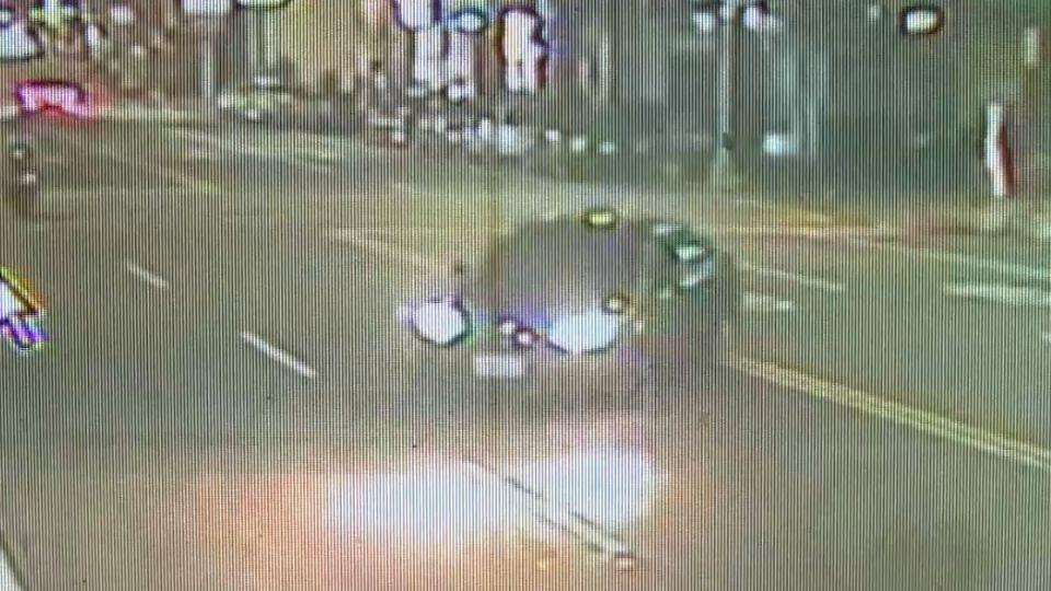 「閃機車」轎車失控撞電桿 險衝撞路人