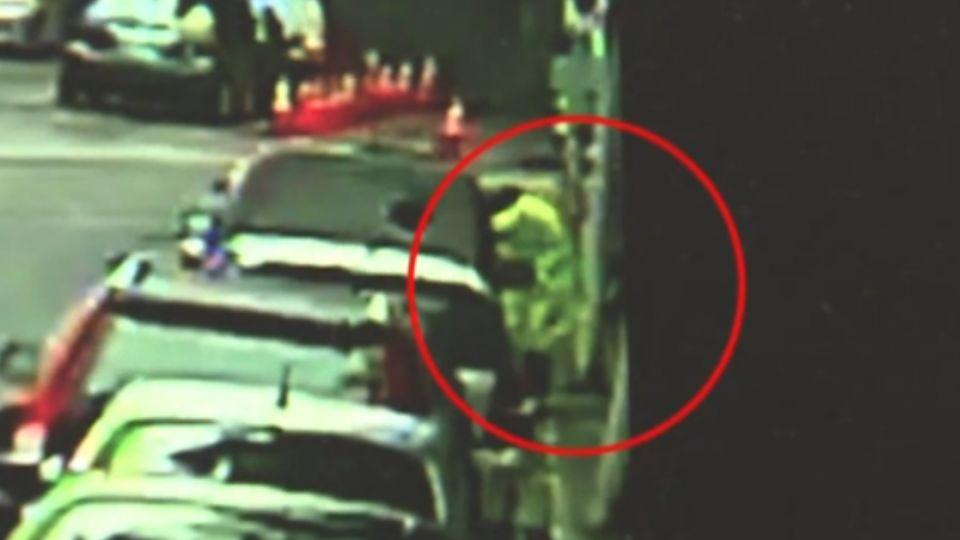 小黃殺手!「穿雨衣」路邊撿石頭 砸計程車車窗偷竊