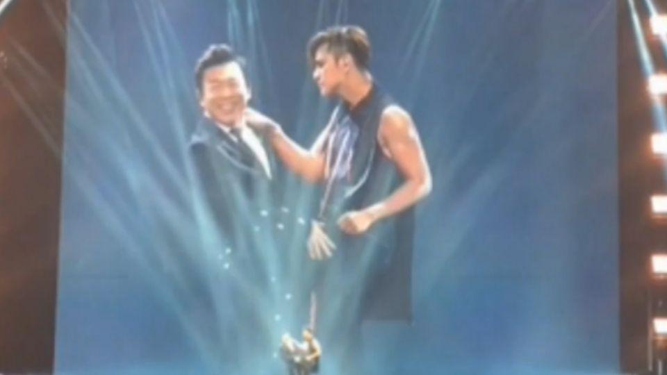 羅志祥北京開唱 黃渤尬舞獻「男男吻」