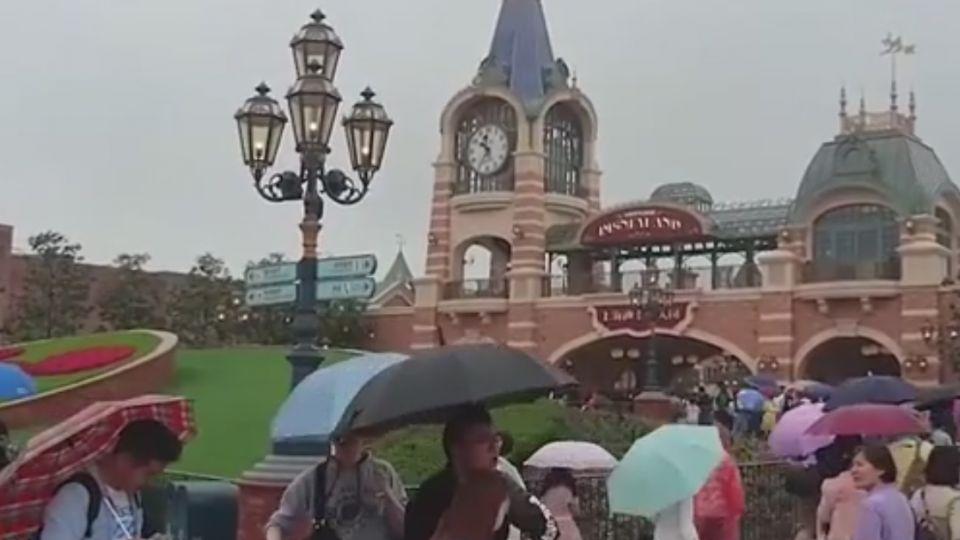 雨天興致不減!上海迪士尼試營運人潮爆滿