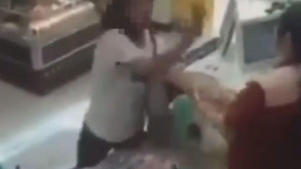 疑被女店員瞄了一眼 女顧客失控暴打