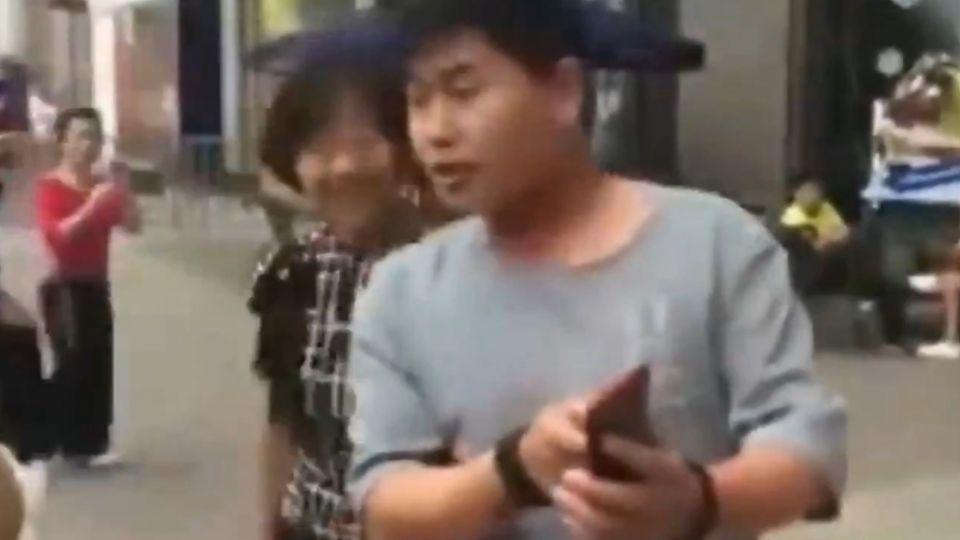 女網友「本人、照片差很大」 男子不滿持磚砸車