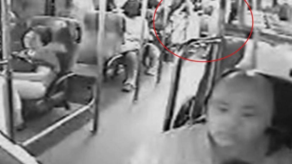 「麥嗽啦!」公車上婦狂咳爆衝突 司機忙調停