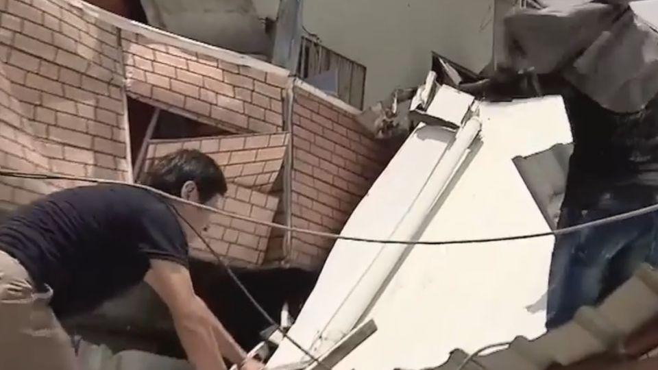 淚! 60年的家沒了 屋主爬梯翻牆救家當