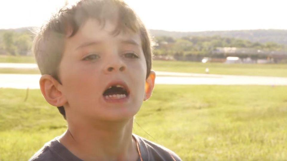 【影片】乳牙鬆動怎麼辦?美父出大招 竟開「它」來拔