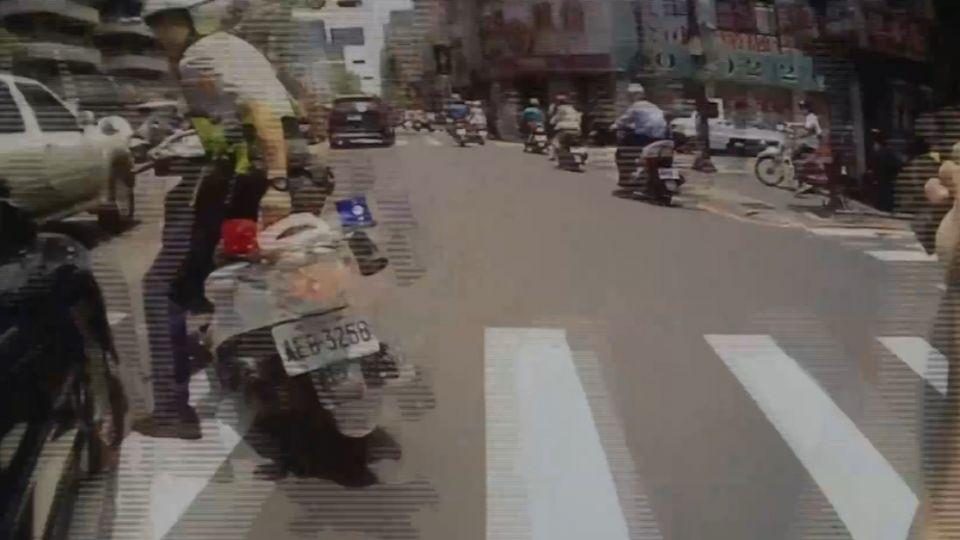 驚險! 男拒檢駕車落跑 警拔棍猛擊破窗