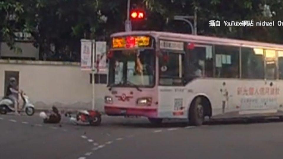 砰!左轉公車撞機車 騎士彈飛倒地