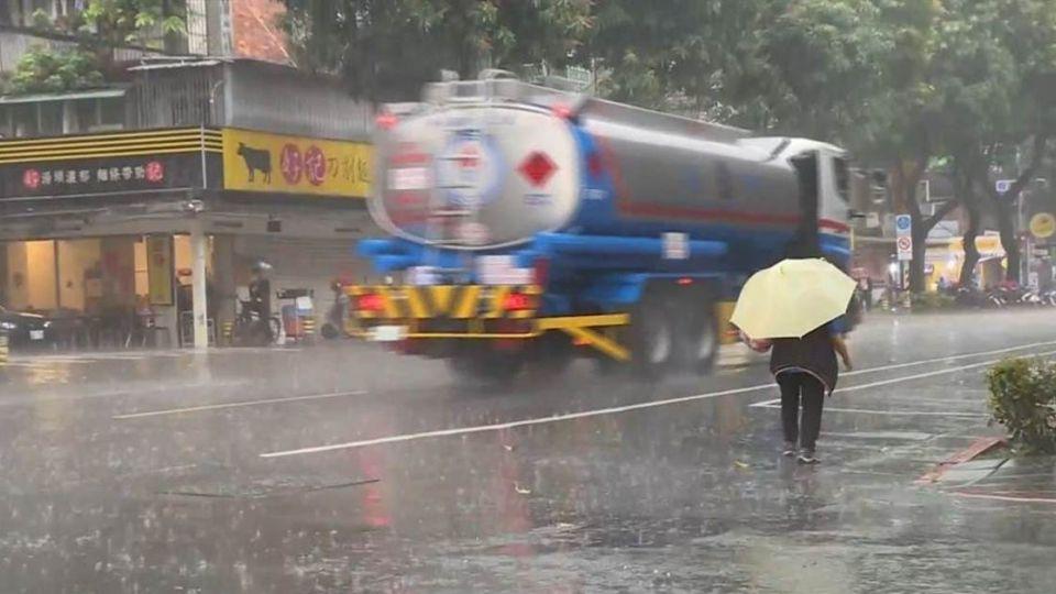 颱風天不再煩惱!勞動部長:將可請家庭照顧假