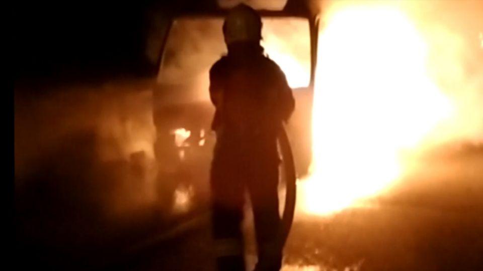 國道火燒車 中型巴士竄火5人逃生