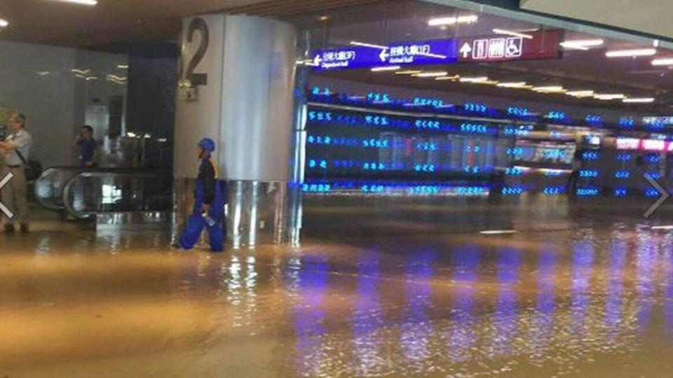 【圖輯】大雨狂瀉!水淹桃園機場國門...看傻眼