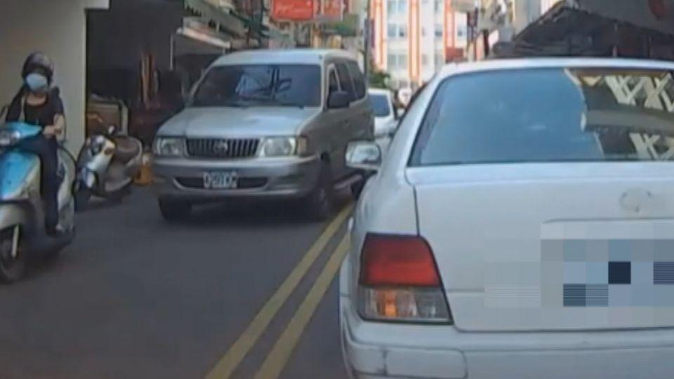 車臨停擋路遭勸 車主下車嗆:你管什麼