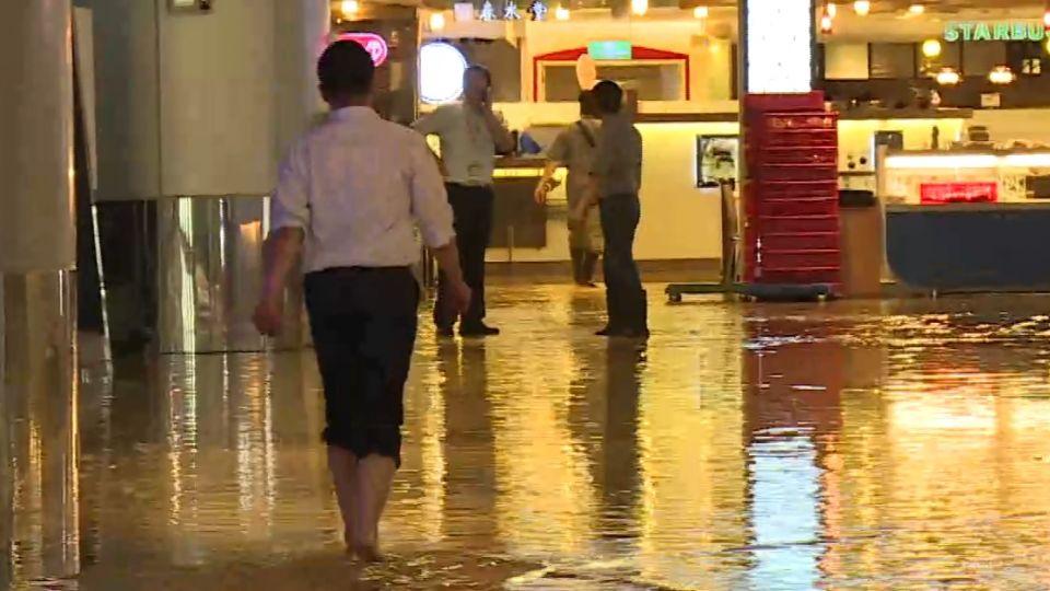 暴雨!桃機成「水上機場」 二航地下室水深及腿