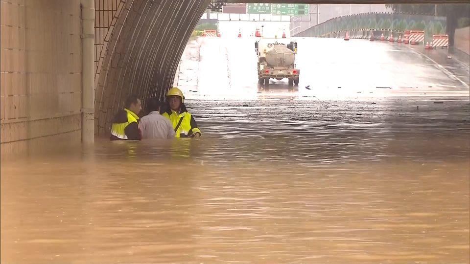「暴雨」桃機聯外道路淹! 交通大亂旅客塞車