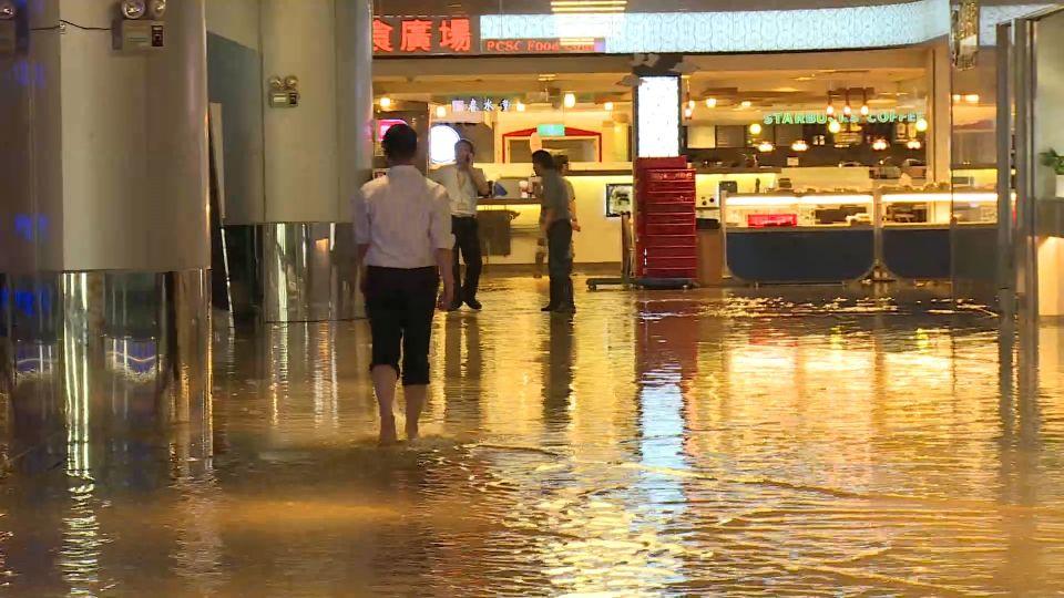 暴雨淹桃機 B2美食街「泡水」達30公分