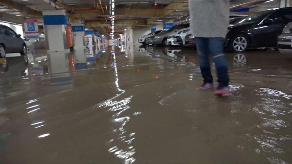 囧! 國家門面又淹啦 桃機二航廈變游泳池