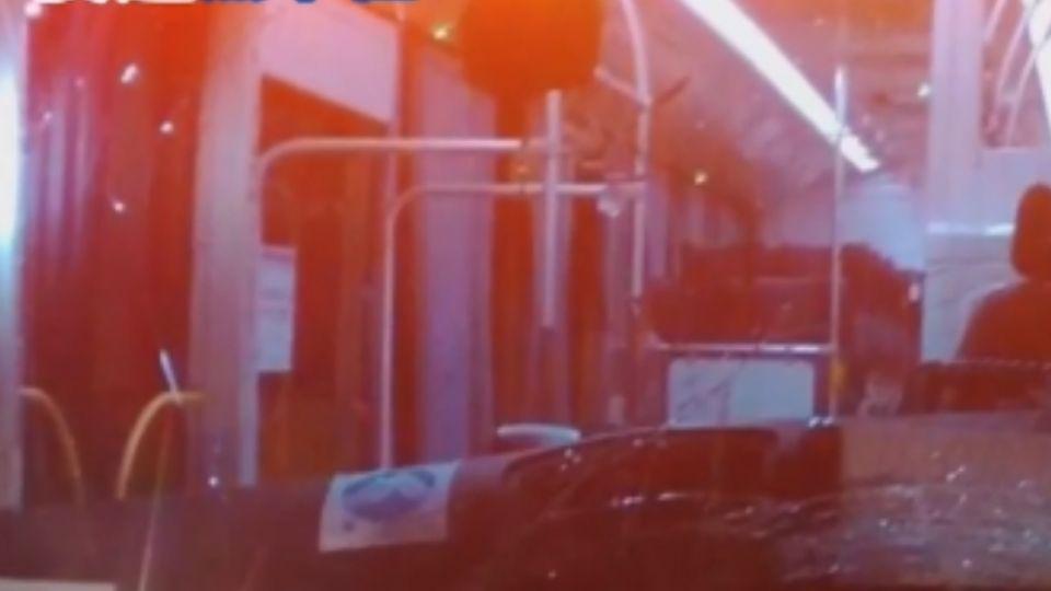 疑夜間競速飆車 轎車轉彎不慎撞公車4人傷