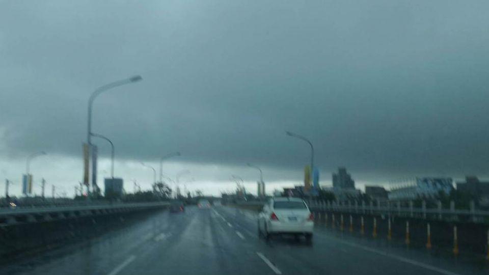 烏雲逼近!全台10縣市大雨豪雨特報 嚴防驟雨、淹水