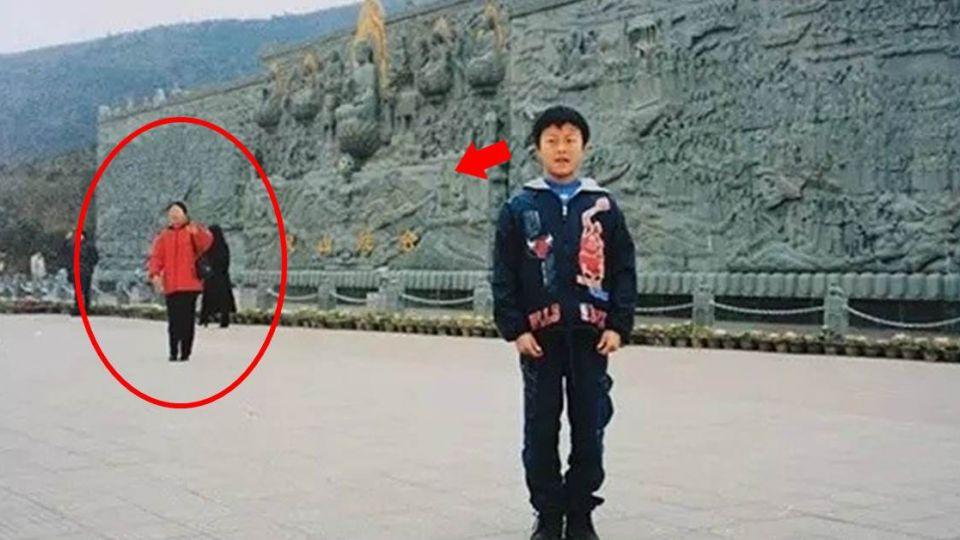 身後的紅衣女子 16年後竟成了小男孩的「她」