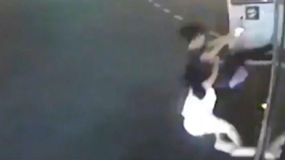 公車一彎「掉出兩人」!安全門突開 姊妹摔傷
