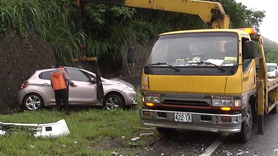 好可怕!轎車失控打滑 衝撞翻覆釀四人傷!