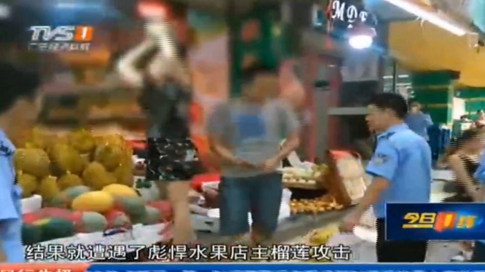 不滿攤位被取締 水果店老闆拿「榴槤」砸城管