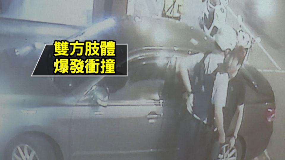 控警車擋出入口 住戶「提醒」雙方爆衝突