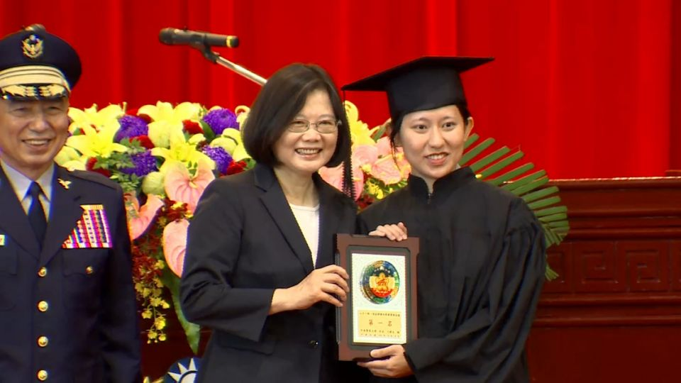 警大畢業生討愛的抱抱 總統:有熱情很好