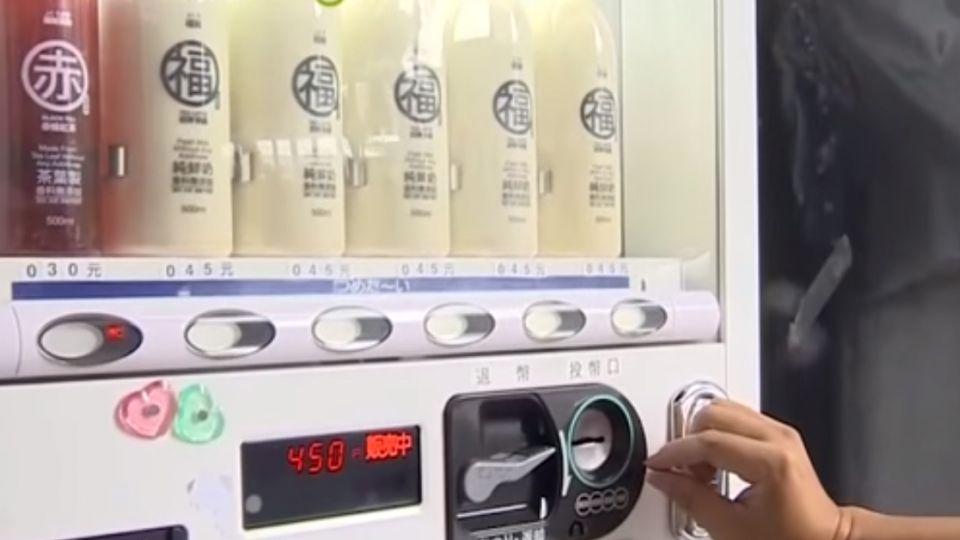【影片】衛生局突擊「摳腳」奶茶 臉書承諾下架網友怒