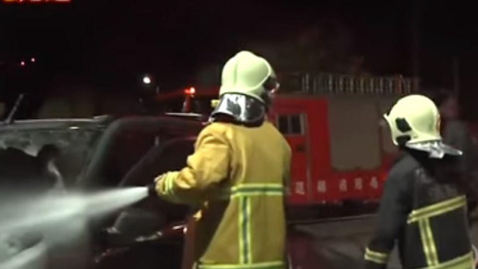 休旅車、轎車撞釀禍 車輛起火4人傷