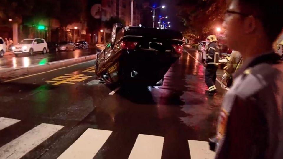 路中翻車警救脫困 酒駕男堅稱「我被撞」