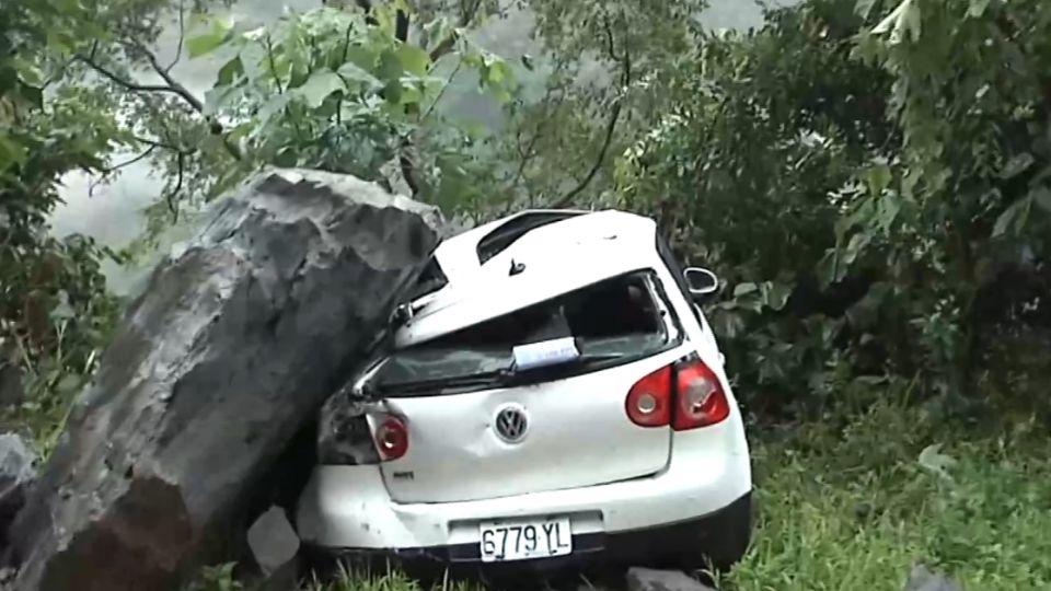 山區豪雨不斷 雲林驚傳巨石崩落砸車