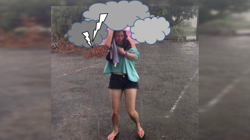 美傘擋不住大雨?仔細一看…網友紛紛笑翻天