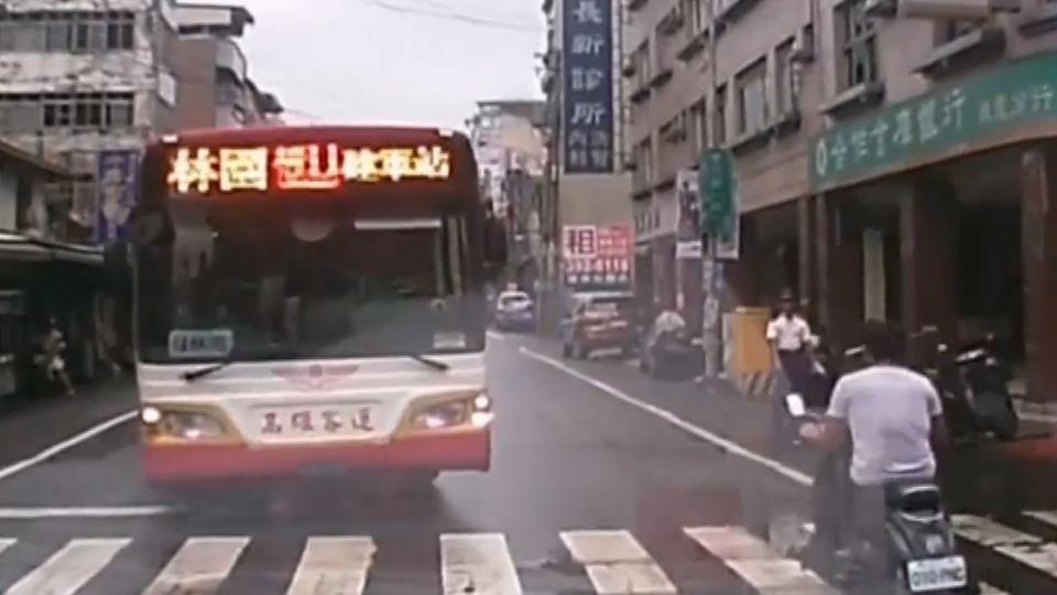 公車跨雙黃線硬切左轉 兩車僵持就是不讓