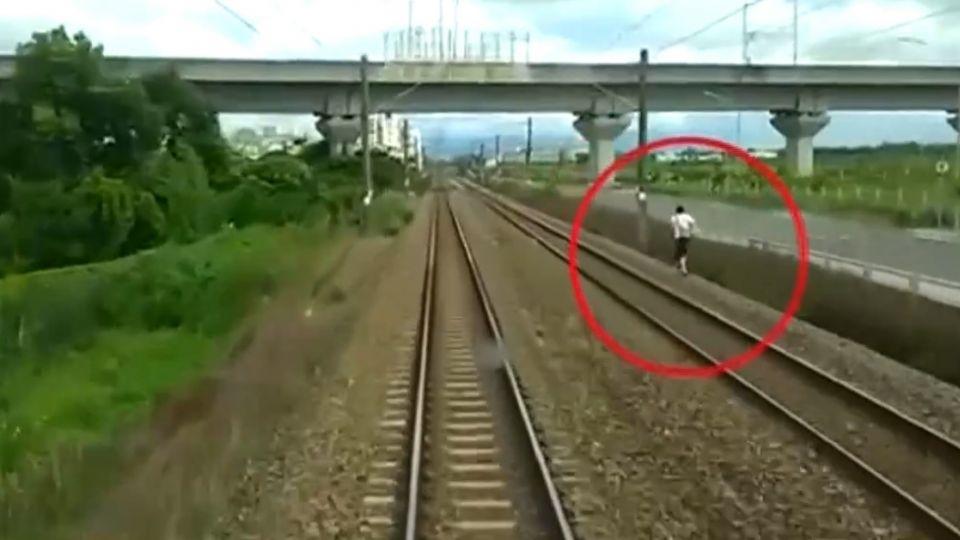 男子擅闖鐵軌在「慢跑」 自強號急煞停下