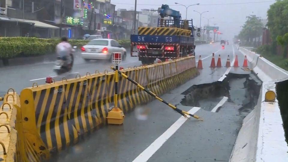 疑大雨釀禍 國道7車追撞3傷 路面掏空現大洞
