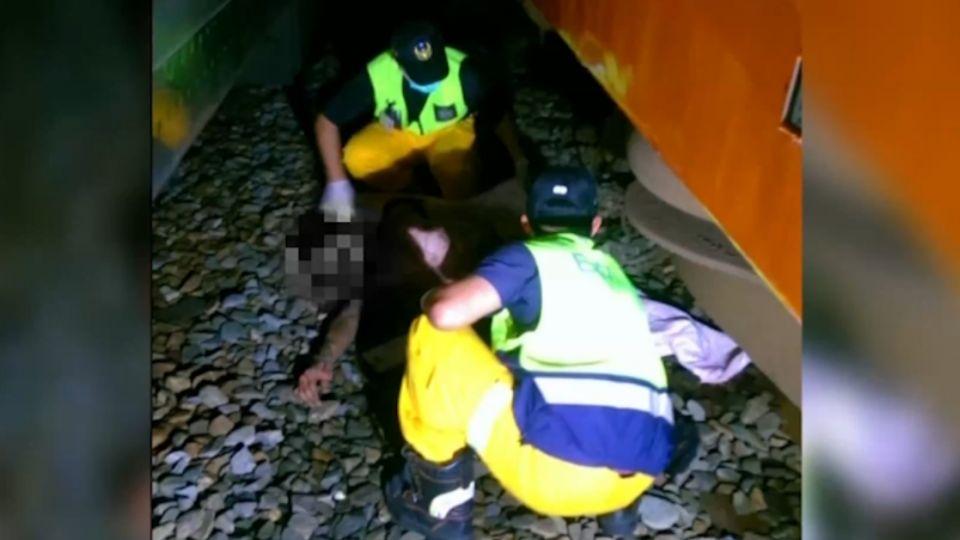「有人追殺他!」 男跳天橋誤觸高壓電倒臥鐵軌