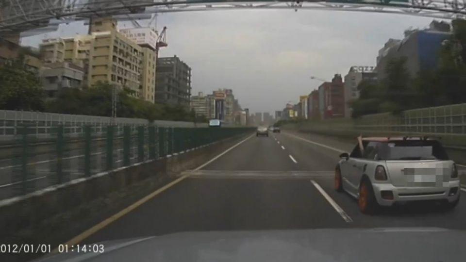 疑不滿被超車 轎車駕駛惡意擋車、丟飲料