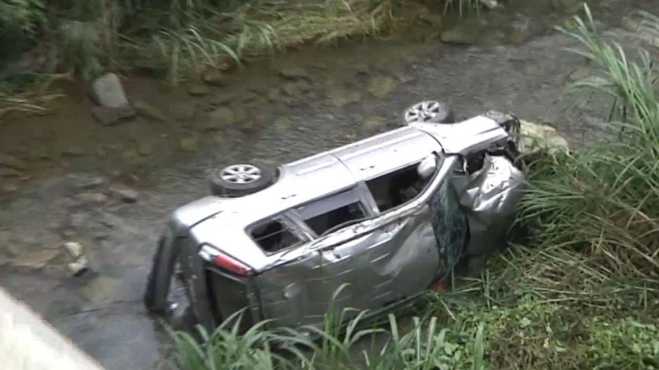 開太快! 大學生6人開車 衝進7公尺深溪谷