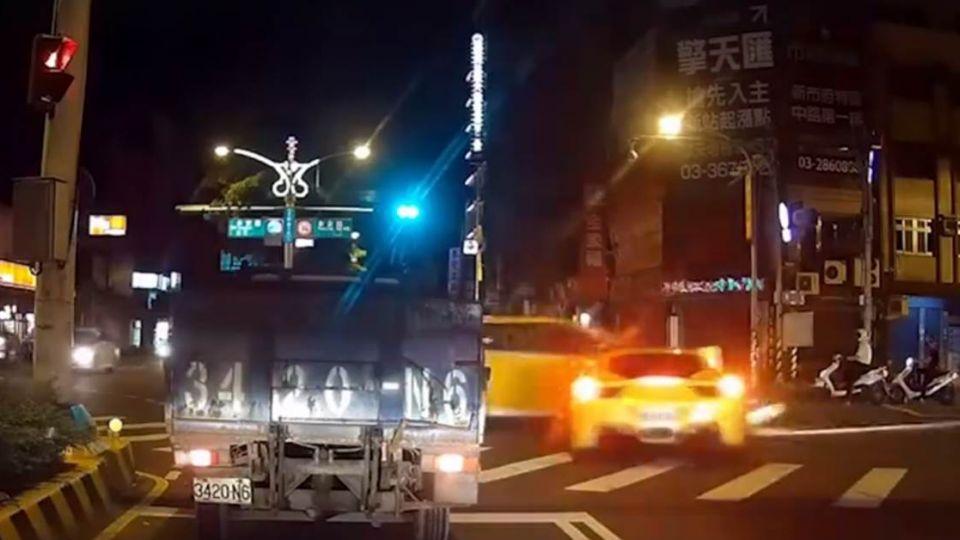 【影片】小黃賠慘了!法拉利車頭毀 「千萬」情侶意外曝光