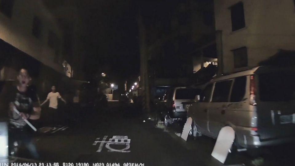 開入暗巷遭惡煞砸車 批警僅盤查、涉縱放