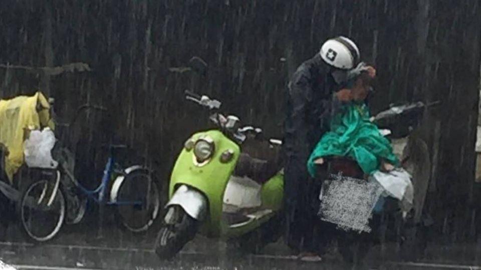 祖孫在雨中含淚等「食餘」 高市府回應了